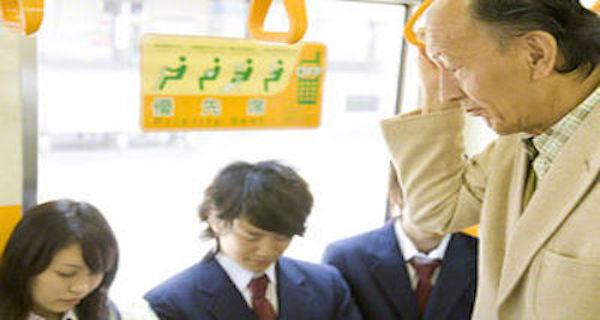 【衝撃】電車で若者が高齢者に席を譲らなかったことから起こった事件・・・。席を譲らなかった若者の発言が正論すぎる!!